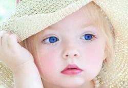 Как и когда ребенок начинает произносить первые слова