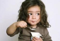 Педиатры предупреждают: маленькие дети съедают больше, чем нужно