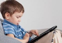 Ученые не советуют успокаивать детей планшетом