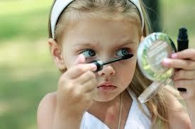 Маленькая девочка красится: дива с детства