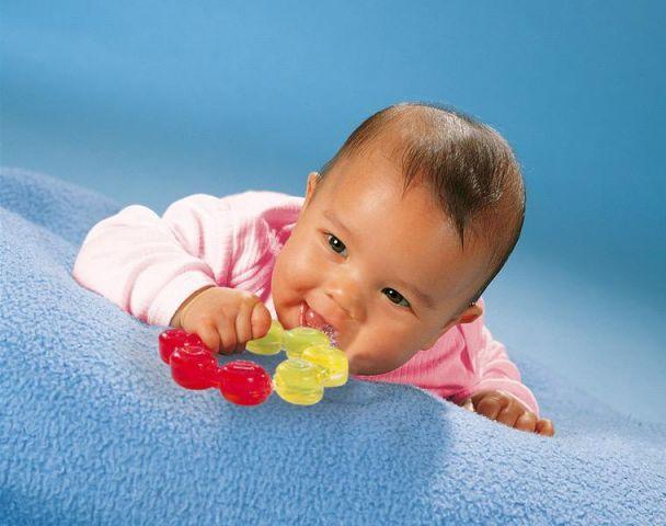 Что делать, когда ребенок все тянет в рот