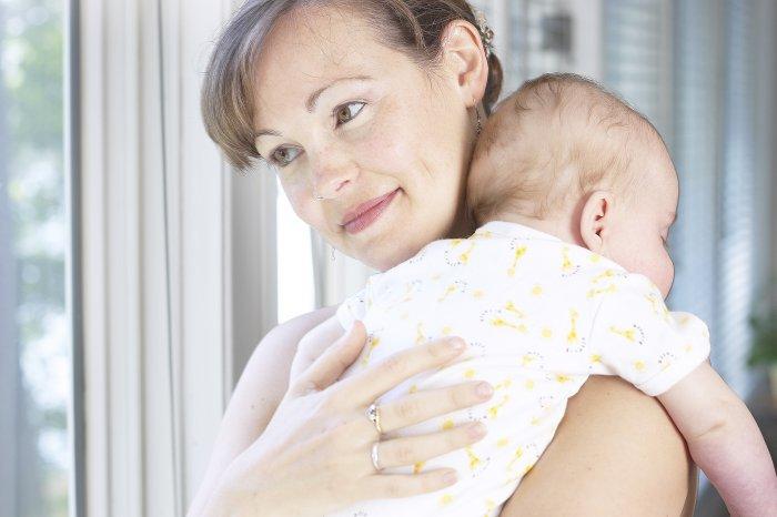 Как держать младенца