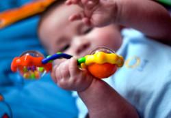 Зачем малышу погремушки