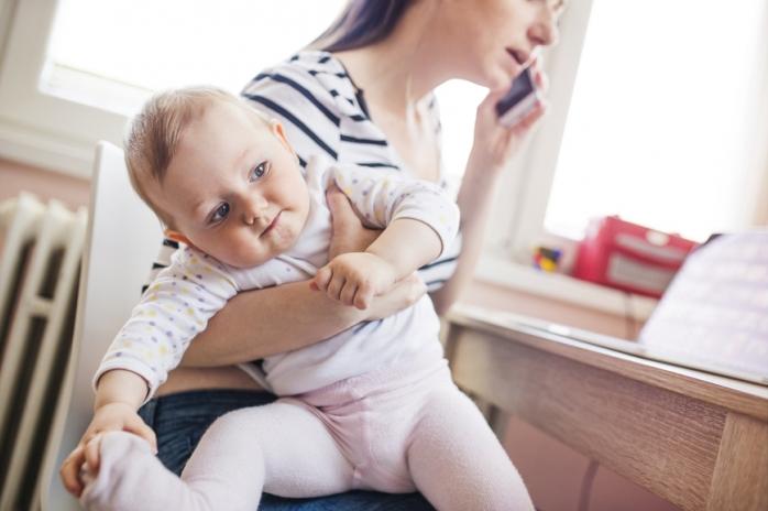 Мама, малыш и…смартфон: 6 способов сократить общение с гаджетом
