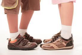 Детская обувь на доске объявлений.