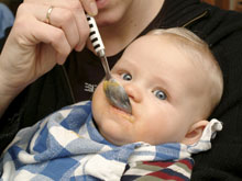 Младенцев все чаще кормят фастфудом, выяснили специалисты