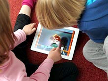 Родители часто пытаются успокоить детей с помощью гаджетов, показало исследование