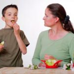 Чтобы заставить ребенка есть полезную пищу, нужно проявить хитрость