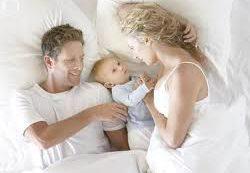 Малыш в родительской кровати