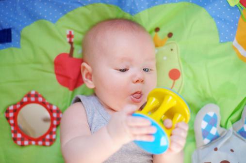 Топ-8 полезных игрушек в подарок новорожденному