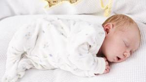 Как можно помочь ребенку начать ползать