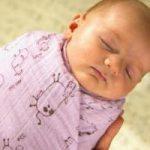 Врачи запретили пеленать младенцев