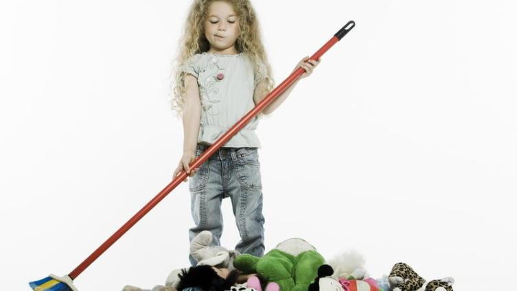 Как приучить ребенка убирать за собой?