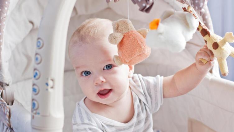 Нужен ли мобиль для кроватки ребенка?