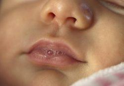 Почему у 2-месячного ребенка текут слюни, насколько это нормально?