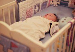 Когда можно класть ребенка спать на подушку, с какого возраста ее давать?
