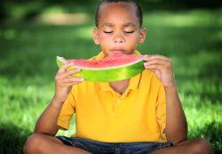 Со скольки лет ребенку можно давать арбуз: доводы специалистов