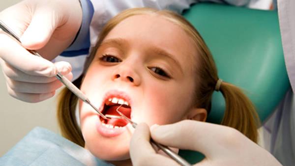 Особенности лечения молочных зубов у деток