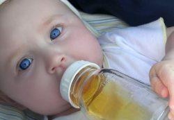 Врачи не рекомендуют давать фруктовый сок детям младше одного года