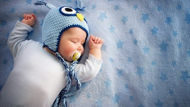 Младенцы спят меньше, если они находятся в комнате с родителями