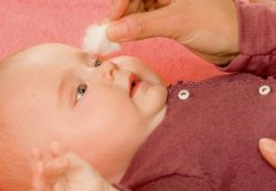 Причины возникновения прыщиков на лице у новорожденных