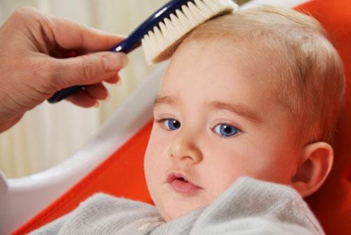 Ухаживаем за первыми волосами ребенка