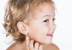 Когда безопасно проколоть уши ребенку?