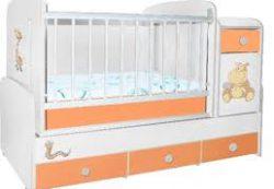 Описание детской деревянной кроватки без маятника со встроенным комодом и нижними выдвигающимися ящиками