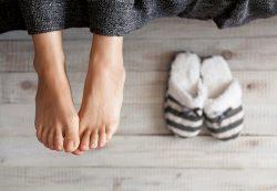 Почему возникает неприятный запах от ног и как с этим бороться
