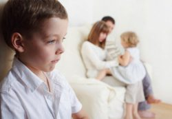 Как справиться с проявлениями детской ревности ко второму ребенку