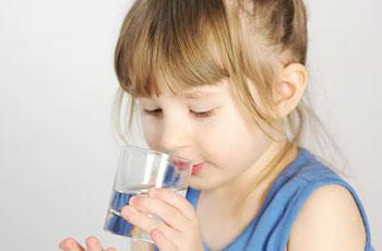 Ребенок пьет много воды. В чем причина
