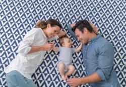 Как и во что играть с новорождённым: краткое пособие для родителей