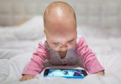 Смартфоны тормозят речевое развитие детей