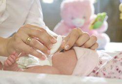Как обрабатывать пупок новорожденного, купание, подгузники