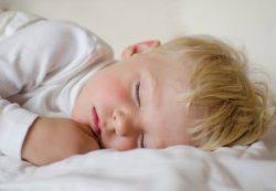 Причины возникновения храпа во время сна у детей