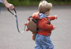Как научить ребенка сморкаться?