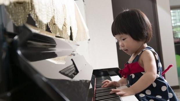 Обучение игре на фортепиано улучшает языковые навыки у детей