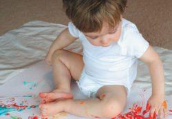 Какой краской рисовать детям – на асфальте, в ванной, на полу?