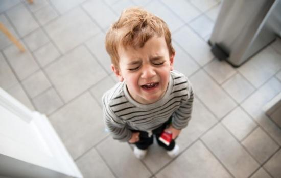 Почему ребёнок истерит дома или на людях, что с этим делать?