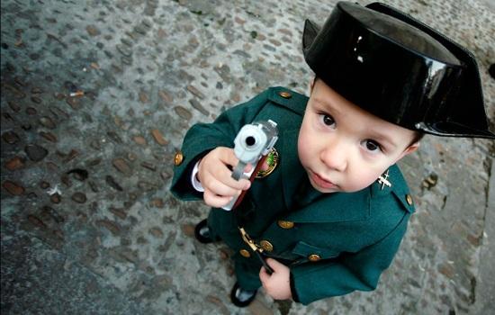 Солдатики, пистолеты, танки
