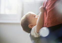 Как отучить ребенка от рук: инструкция для измученных мам