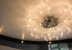 Люстра и натяжной потолок: создаем стиль