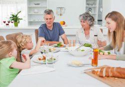Ребенок не ест за ужином и требует сладкого: что делать?