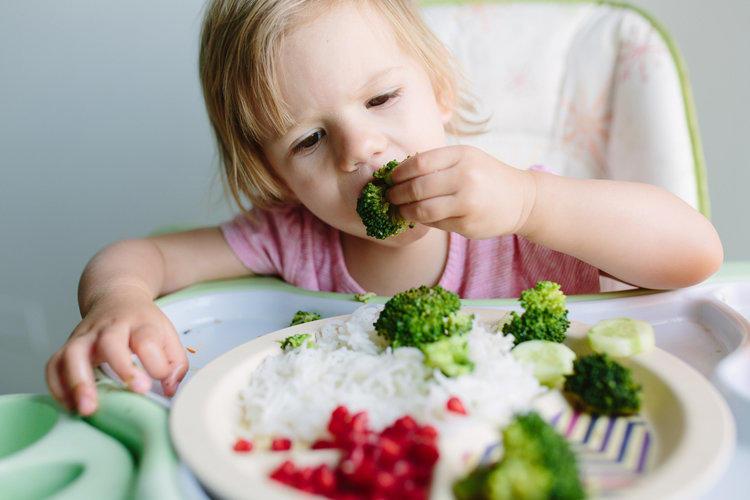 Разнообразие и упорство: как привить детям правильные пищевые привычки