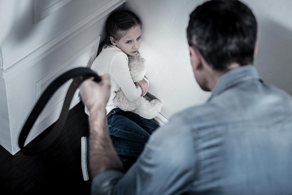 Если вы видите, как бьют ребенка, надо ли звонить в полицию?