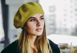 Мода и стиль, какие шапки выбирают молодые девушки?