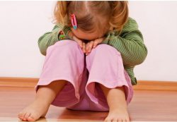 Ребенок боится сверстников и докторов
