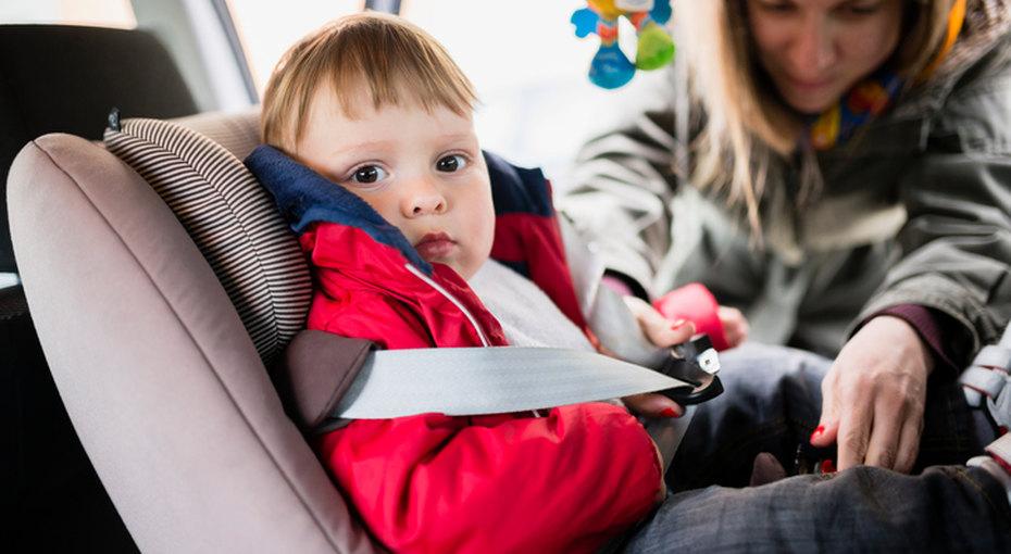 Почему нельзя сажать ребенка в детское кресло в верхней одежде