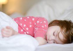 Попить, пописать и погладить спинку: почему ребенок не засыпает самостоятельно