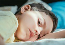 Ребенок боится спать один, что делать?